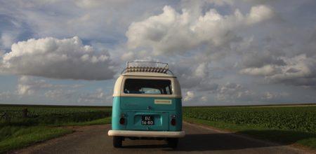 vw-bus-onderweg-naar-waddendijk-slider